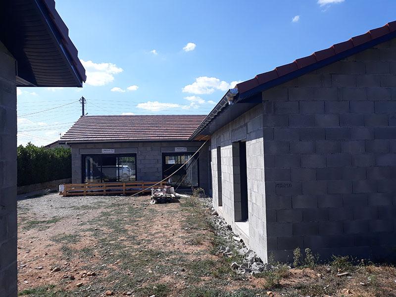 Construction d'une maison - parpaings - menuiserie