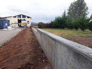 Mur de clôture en béton armé et remise en forme du terrrain