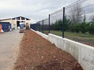Mur de clôture en béton armé avec pose des poteaux et du grillage