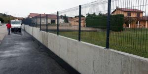 Mur de clôture en béton armé, poteau et grillage rigide ainsi que le raccord enrobé de la cour