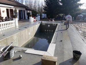 Travaux de maçonnerie, pose des margelles autour de la piscine