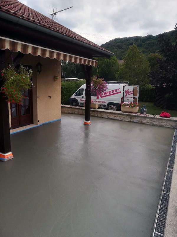 Construction de terrasse en béton lissé avec caniveau