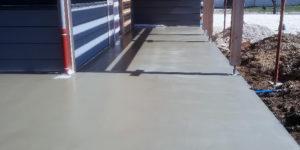 Terrasse extérieure en béton lissé