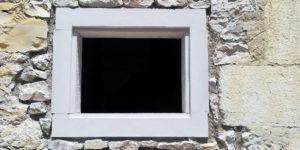 Rénovation, création d'une fenêtre avec jambage et linteau sur mur en pierre