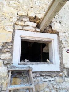 Création d'une fenêtre avec jambage et linteau sur mur en pierre à Brangues