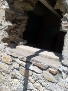 Création d'une ouverture pour fenêtre dans un mur en pierre