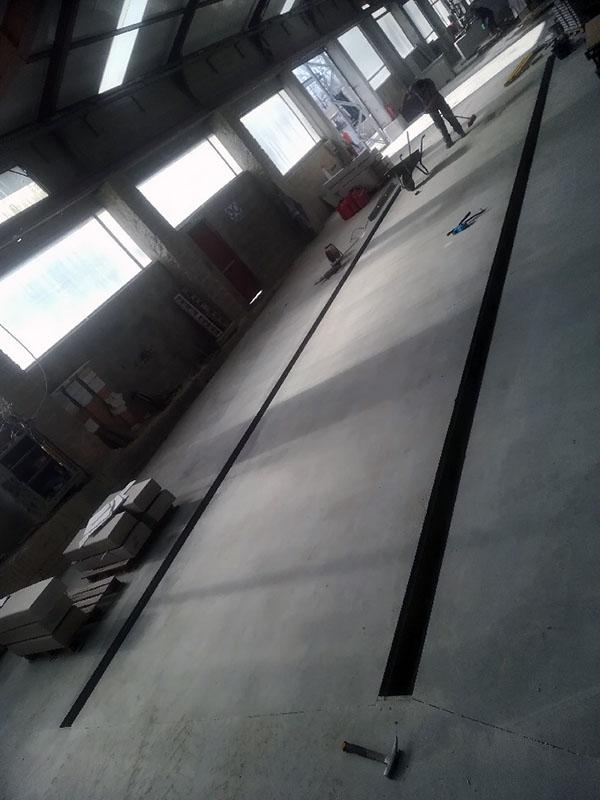 Dallage lisse et caniveau interieur dans une usine