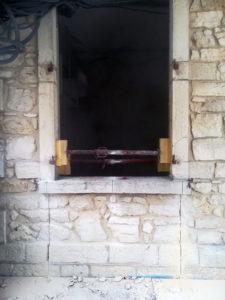Découpe d'une allège sur mur en pierre pour transformation en porte à Saint Victor de Morestel