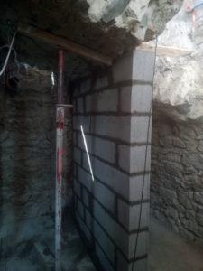 Mur de soutien pour plafond en voute dans une cave