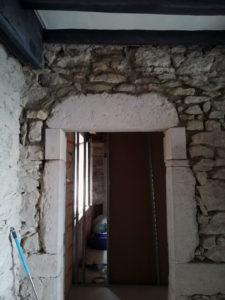 Rénovation maison en pierre, réhaussement d'une porte en Isère