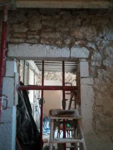 Rénovation maison en pierre, réhaussement d'une porte à Morestel