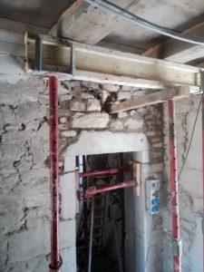 Rénovation, étayage du plancher pour réhaussement d'une porte sur mur en pierre à Morestel