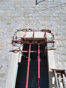 Rénovation, réhaussement d'une porte dans un mur en pierre à Morestel