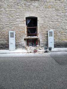 Transformation d'une fenêtre en porte dans un mur en pierre