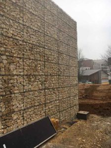 Façade avec murs en gabions