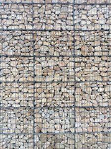 Façade avec murs en gabions - Piscine de Morestel