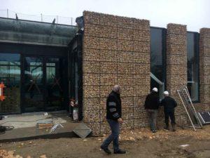 Façade avec murs en gabions de pierres rangées - Piscine de Morestel