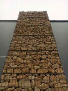 Meneau de façade en gabions pierres rangées