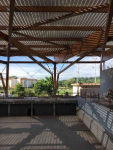 Vue sur le génie civil du bassin et sur la charpente de la piscine intercommunale de Morestel
